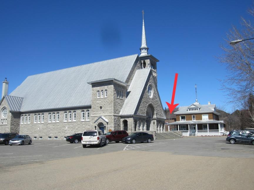 Regardez bien entre l'église et le presbytère... vous allez finir par voir le Centre communautaire!