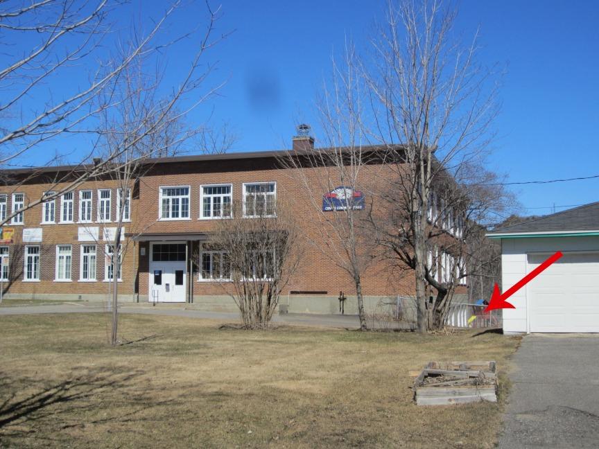 Et la porte pour les ateliers et la halte-garderie est ici en bas. Il faut passer par la cour de l'école, à pied bien sûr!